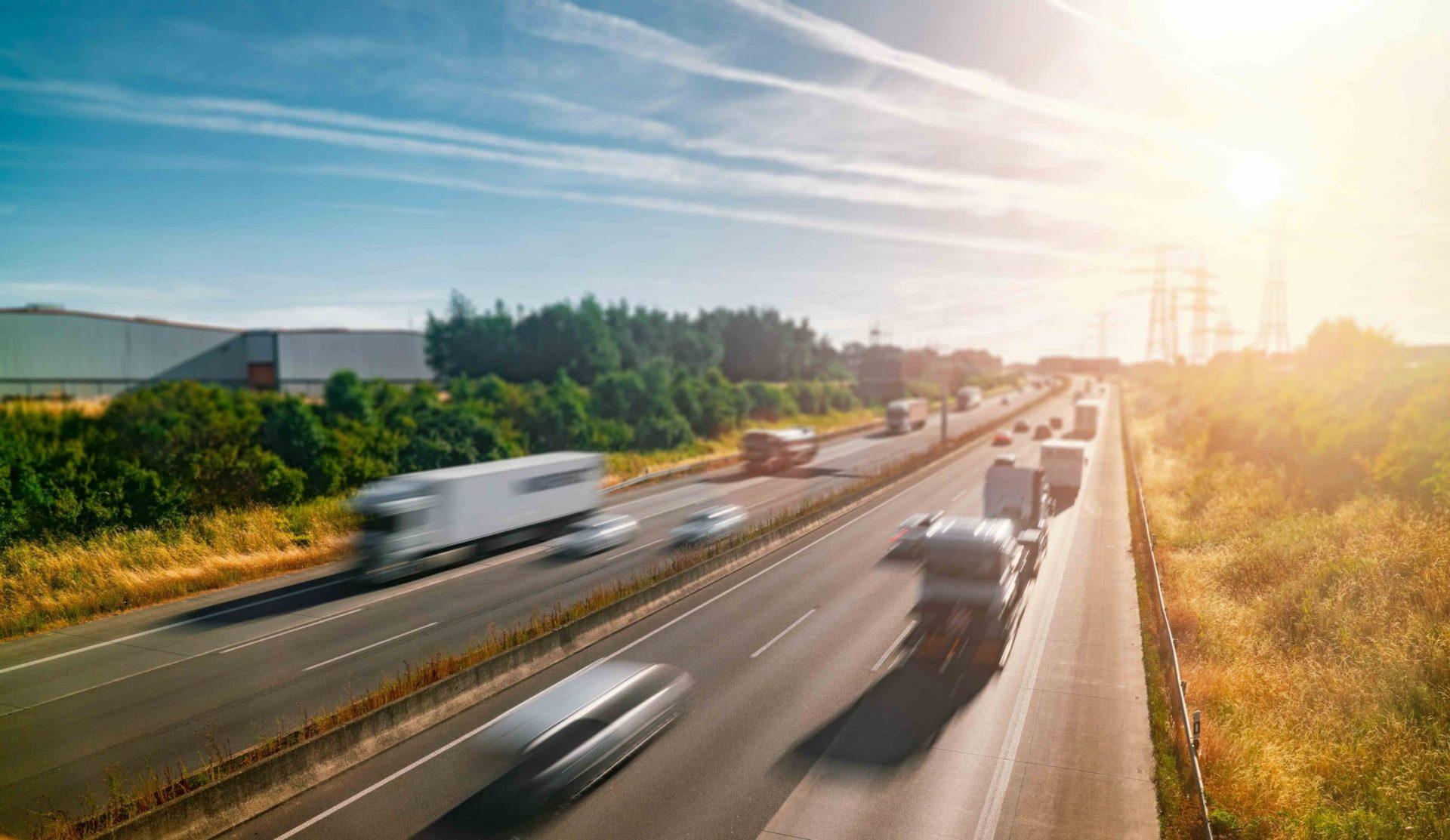 Landstraße mit Autos