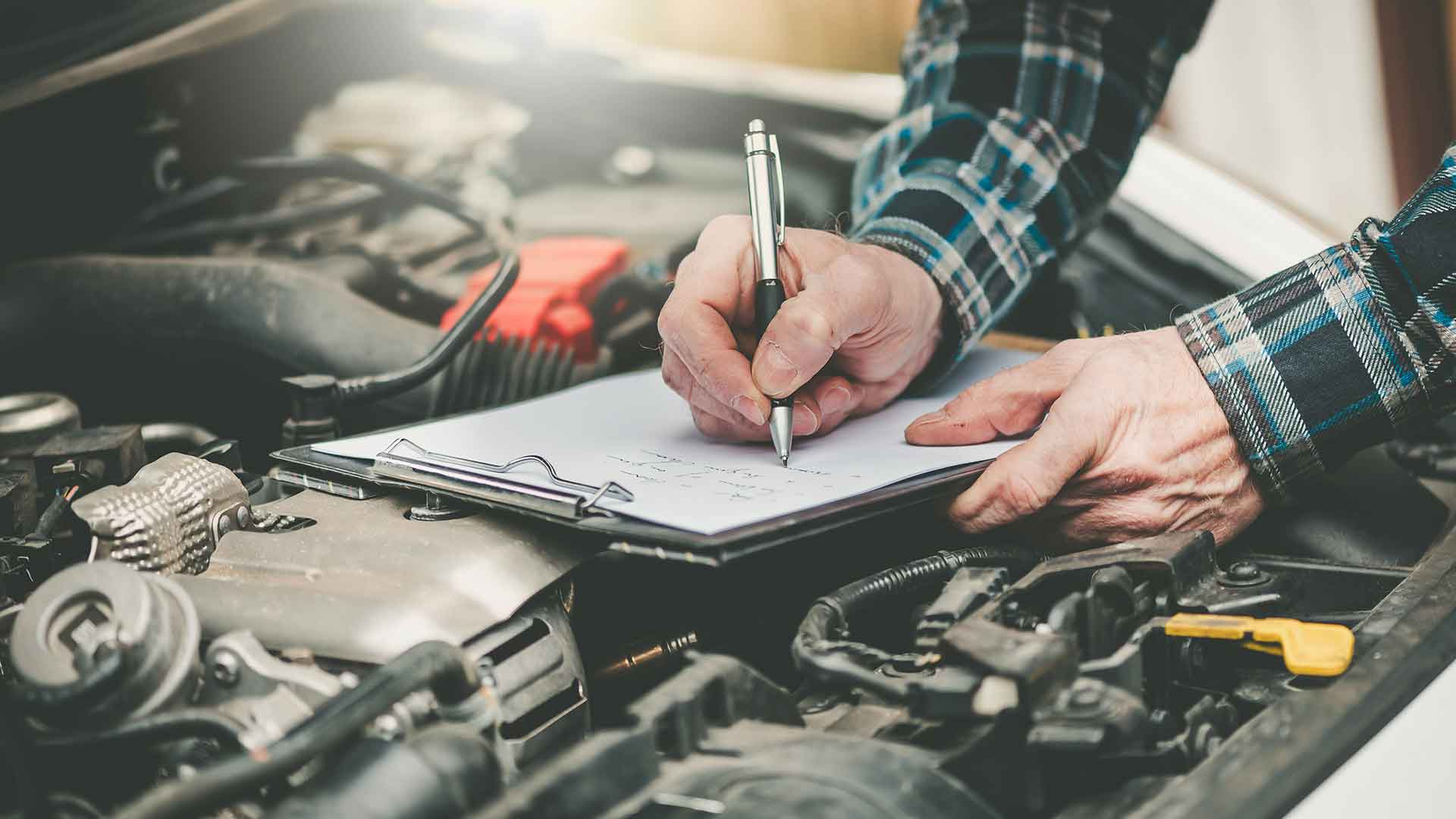 Mechaniker bei der UVV Fahrzeugprüfung