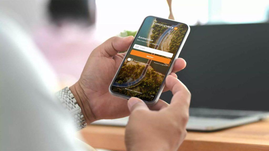 Smartphone mit DriversCheck zur Führerscheinkontrolle