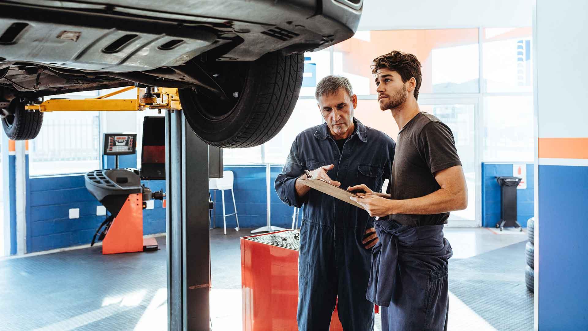 Fahrzeugkontrolle und Fahrzeugprüfung in einer Werkstatt